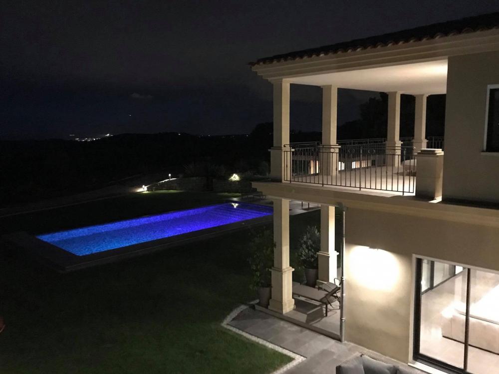 Vue de nuit de la villa sur la Côte d'Azur pour mariage et évènements